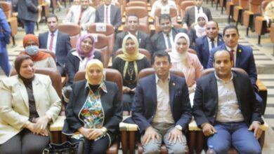 صورة وزير الشباب والرياضة  يلتقي مجموعة من الشباب في حوار مفتوح