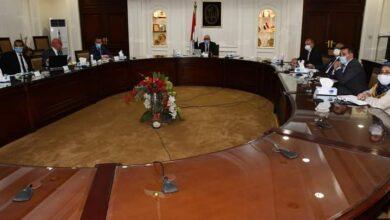 صورة وزير الإسكان يستعرض البدائل المقترحة لتطوير عدد من المناطق غير المخططة بمحافظتى القاهرة والجيزة