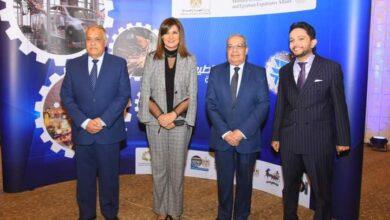 صورة رجال الصناعة يتناقشون ويتبادلون الآراء حول توطين صناعة السيارات في مصر
