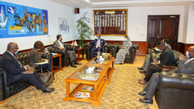 صورة رئيس البريد المصري يستقبل السكرتير العام لمنطقة التجارة الحرة القارية الافريقية