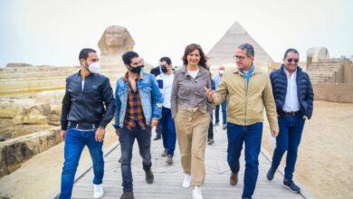 صورة برفقة وزيرا الهجرة والسياحة والآثار  سفير مبادرة إتكلم عربي يزور الأهرامات وأبو الهول