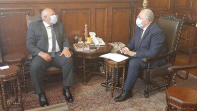 صورة وزير الزراعة يبحث مع محافظ الوادى سبل دفع مشروعات التنمية الزراعية بالمحافظة