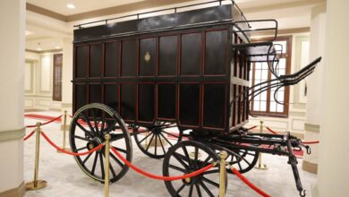 صورة الاثار تهدى وزارة الاتصالات مركبة أثرية لنقل المواد البربدبة لعرضها فى متحف البريد بالعتبة