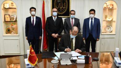 صورة وزير الإسكان وسفير مصر بالصين يشهدان توقيع مذكرة التفاهم لإدارة وتشغيل منطقة الأعمال المركزية بالعاصمة الإدارية الجديدة