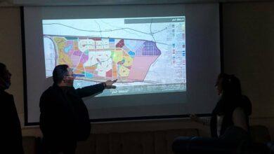 صورة رئيس جهاز حدائق العاصمة يناقش مع أحد المكاتب الاستشارية المخطط الاستراتيجي العام للمدينة