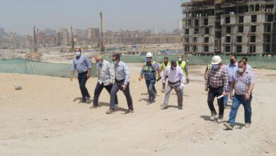 """صورة وزير الإسكان يتابع الموقف التنفيذى لـ70 عمارة سكنية جارٍ تنفيذها بمشروع تطوير """"منطقة سور مجرى العيون"""""""