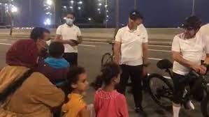 صورة السيسي يلتقى أسرة مصرية .. اليد الشيقانة يد فيها البركة