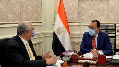 صورة رئيس الوزراء يستعرض مع وزير الزراعة مشروع المزارع المصرية النموذجية المشتركة في أفريقيا